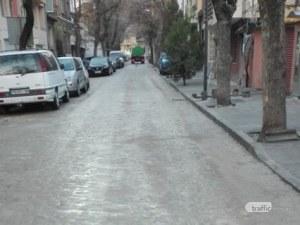 Прясно ремонтирана улица в Пловдив заприлича на пясъчник! Фирмата: Виновни са паркираните коли