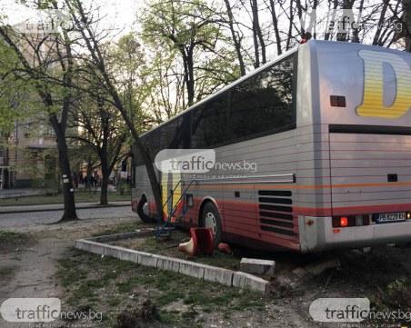 Шофьорът на автобуса, врязал се в градинката пред ПУ, е починал
