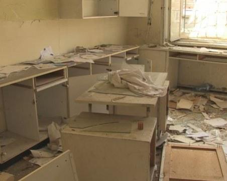 Бивша лаборатория в центъра на Русе тъне в разруха! Стана дом на клошари