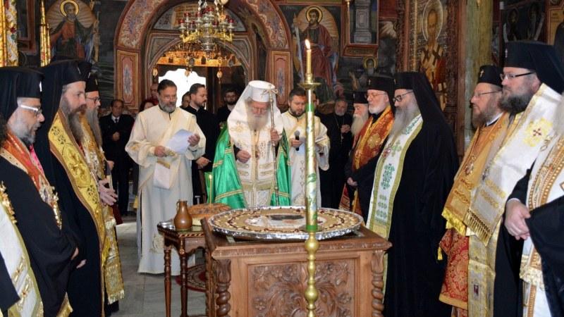 Синодът отряза папата за обща молитва и служба, не му дава и преводач