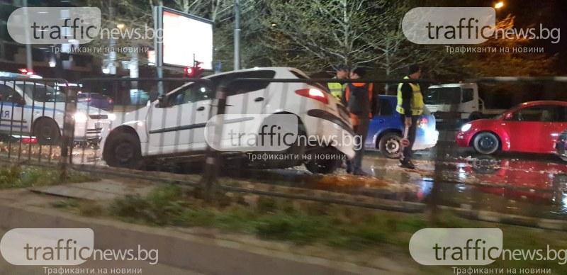 Кола пропадна в яма на кръстовище в Пловдив заради ВиК авария
