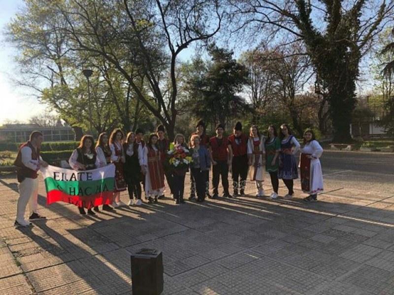 Ученици от пловдивска гимназия поканиха класната си на бала, облечени в носии