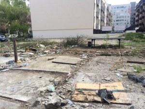 Махнаха гаражите пред блок в Кючука, но боклуците си останаха