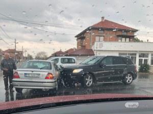 Мегз катастрофира! Дизайнерката заби мерцедеса си в кола в Раковски
