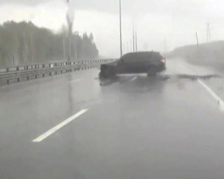 Аквапланингът дебне шофьорите в дъжда! Не натискайте рязко спирачките!