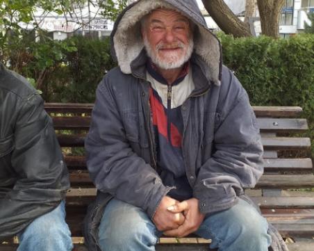 Иван, който избира улиците на Бургас за дом. Искат да му помогнат, но той отказва