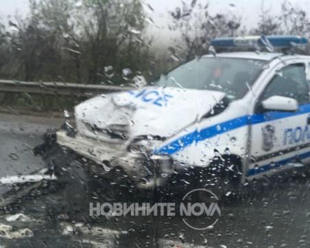 Лек автомобил се заби в патрулка край Ябланица