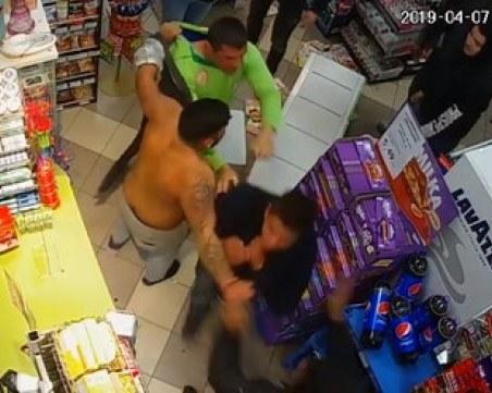 Трима пребиха продавач в магазин! ВИДЕО от камерите показва арогантното им поведение