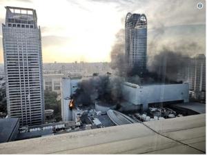 Небостъргач в Банкок в пламъци. Хора скачат в паника от прозорците
