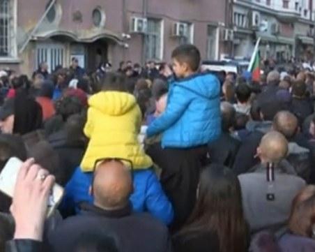 Нови сблъсъци в Габрово, летяха камъни, бомбички и димки