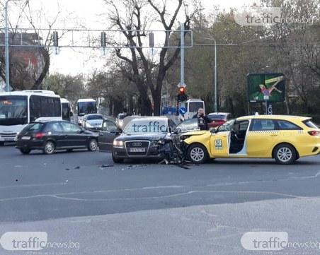 Тежка катастрофа в центъра на Пловдив! Откараха единия от шофьорите с линейка