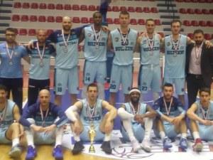 Академик Бултекс 99 показва на феновете купата от Балканската лига
