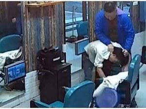 Недоволен клиент подстрига насилствено фризьора си