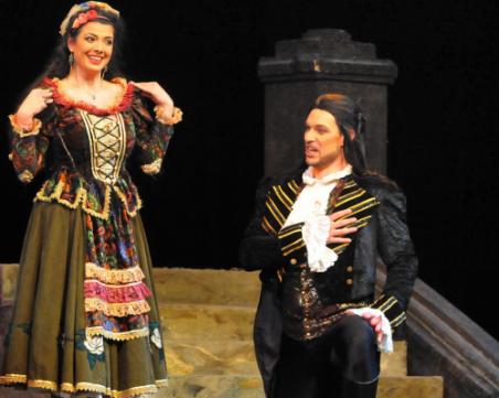 Чаровен бургаски ерген предложи брак на любимата си по време на... опера