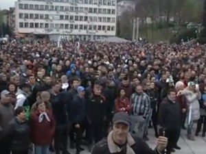 2000 души на протеста в Габрово! Сред тях и битият продавач