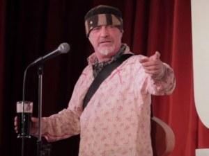 Комик почина на сцената, а зрителите продължиха да се смеят