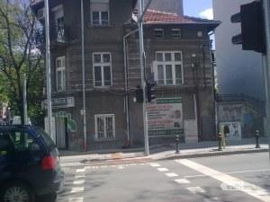 Отнесеният от автобус светофар в Пловдив отново спря... дни след ремонта