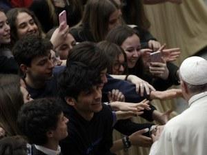 Папата зове младите: Не бъдете роби на телефоните !