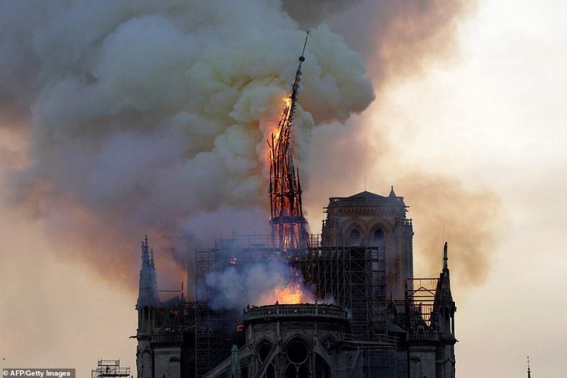 Ето как се срути кулата на горящата катедрала Нотр Дам в Париж