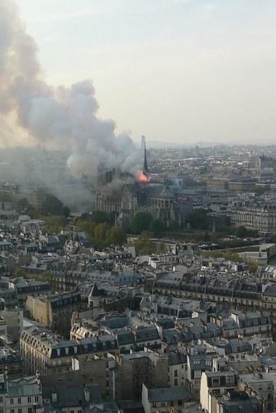 Евакуират цял квартал заради горящата светиня Нотр Дам НА ЖИВО