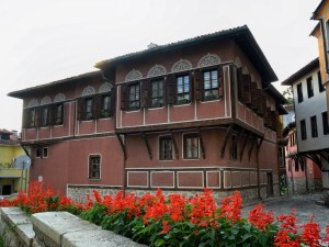 Изграждат жива цветна инсталация в Стария град днес