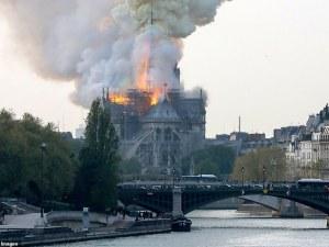 Огнен ад в Париж! Гори катедралата Нотр Дам НА ЖИВО