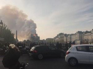 Половината катедрала е в пламъци, положението е тревожно