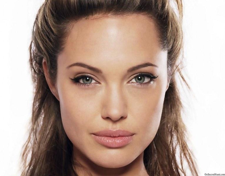 Анджелина Джоли върна старото си име
