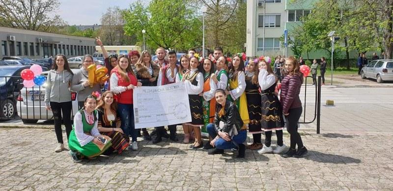 Изненада за класната, вдъхновена от фолклора, спретнаха ученици от СУ