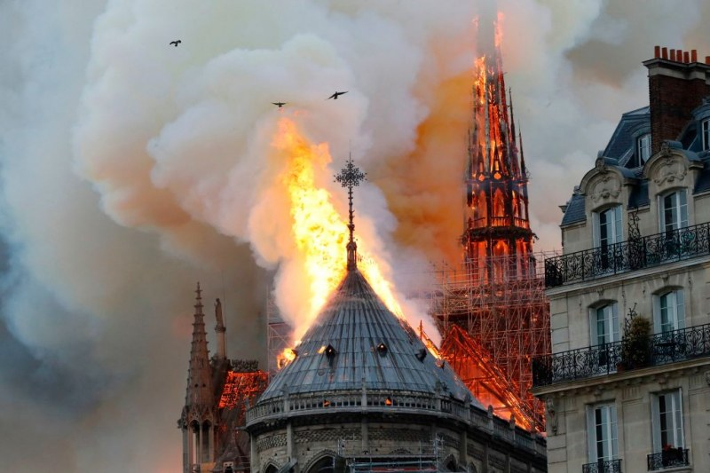 Парижани тъгуват след огнения ад: