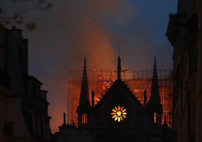 О, Господи, Париж е обезобразен: Огънят лумна в 18:50. В 5 бе потушен… надежда!
