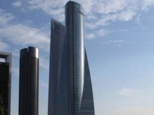 Евакуираха небостъргач в Мадрид! Сигнал за бомба изпразни 235-метровата сграда