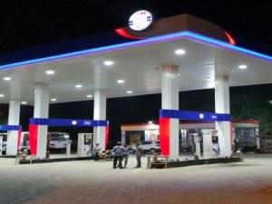 Шестима купонджии играха хоро и се пръскаха с поражогасител на бензиностанция край Пловдив