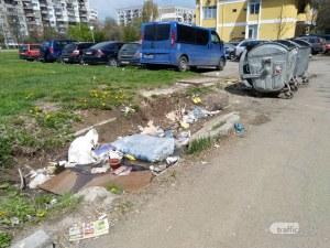 Месеци наред: Дупка, пълна с боклуци, грози столичния