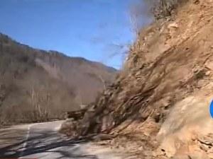 Отново! Огромно свлачище блокира пътя до Рилския манастир