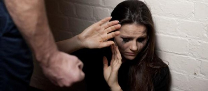 Домашен тормоз в Панагюрище: Мъж разби врата на бившата си приятелка и я преби