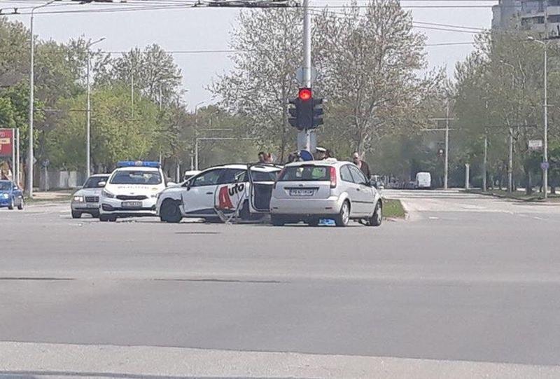 Две коли се размазаха на възлово кръстовище в Тракия