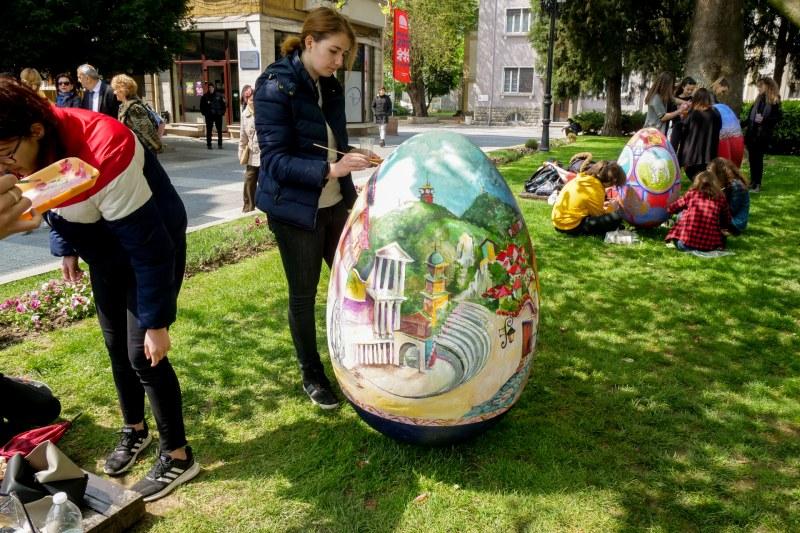 Изрисуваха красиви пейзажи от Пловдив върху гигантски яйца