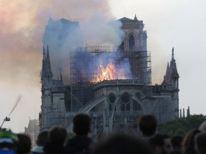 Французи спестяват 75% от данъците, ако дарят 1000 евро за Нотр Дам