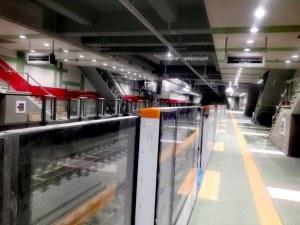 Паравани, разделящи пероните и влака, на метростанция