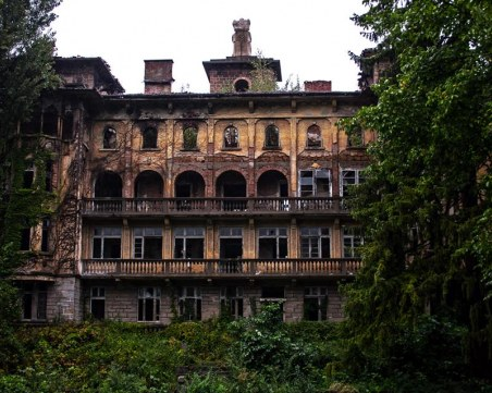 Разбити прозорци, падаща мазилка – едно забравено сиропиталище в Габрово