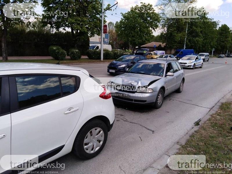 Верижна катастрофа край Полиграфията в Пловдив, откараха с линейка бременна жена