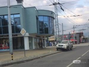 Шофьор паркира джипа си на тротоара пред Общината в Кючука