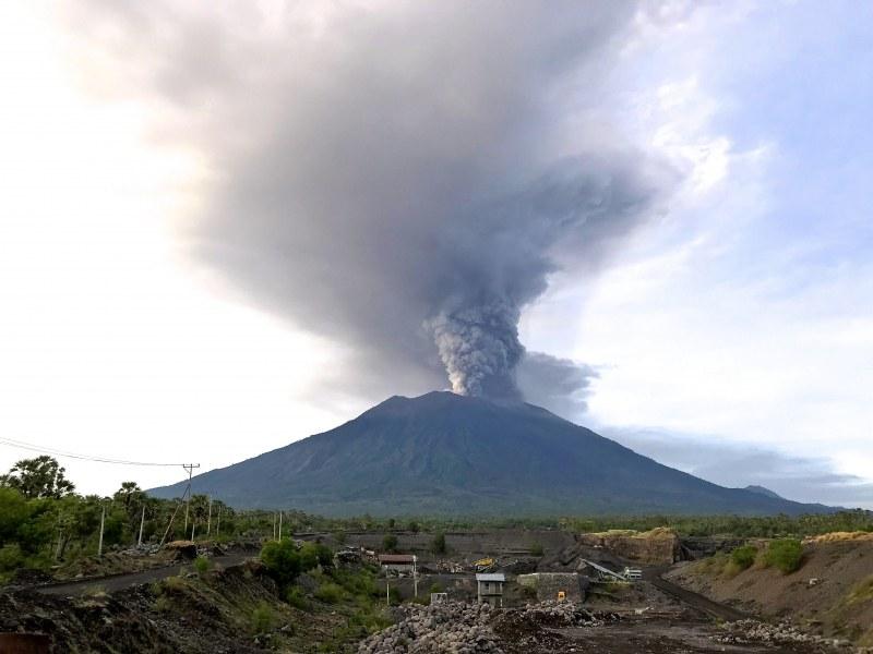 Огромен вулкан на остров Бали се събуди, отмениха всички полети на летището