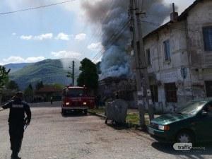 Необитаема къща в Кричим се запали, покривът рухна