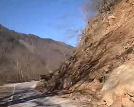 Разчистват пътя от скалните късове до Рилския манастир