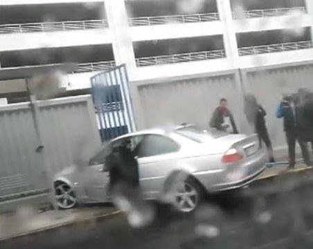 Каскада в Пловдив! БМВ се заби в оградата на Панаира