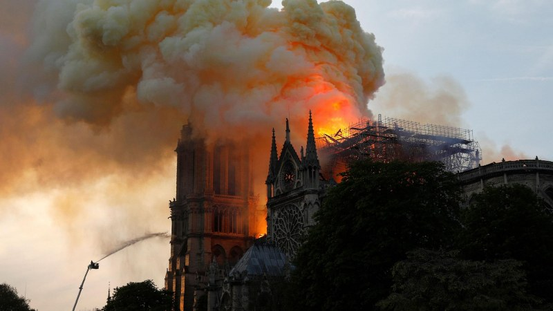 Нова заплаха за Парижката Света Богородица! Този път от небето...