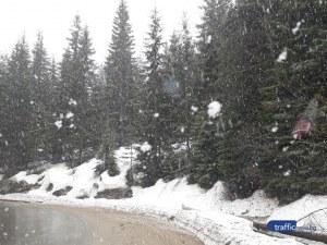Пролет ли? Сняг се сипе на парцали на километри от Пловдив