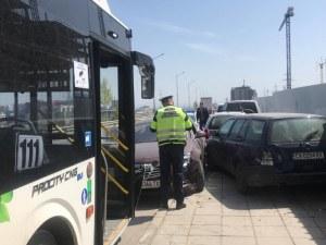 Автобус от градския транспорт блъсна кола на Околовръстното в София